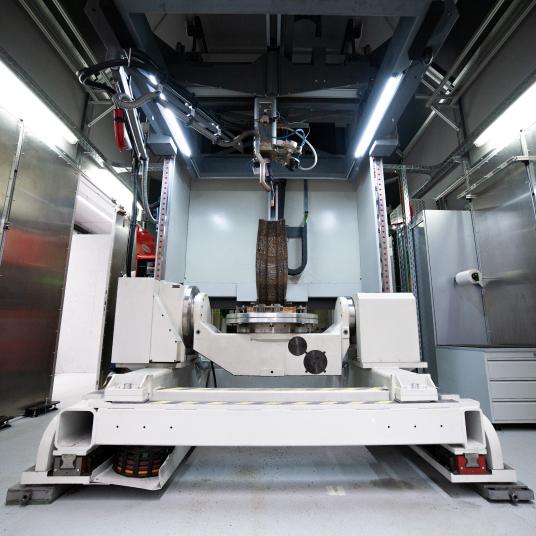 Arbeitet statt mit Kunststofffilament mit Schweißdrähten aus Metall: WAAM-Anlage bei FIT