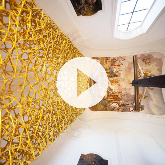 3D-gedruckter goldfarbener Altar in St. Laurentius